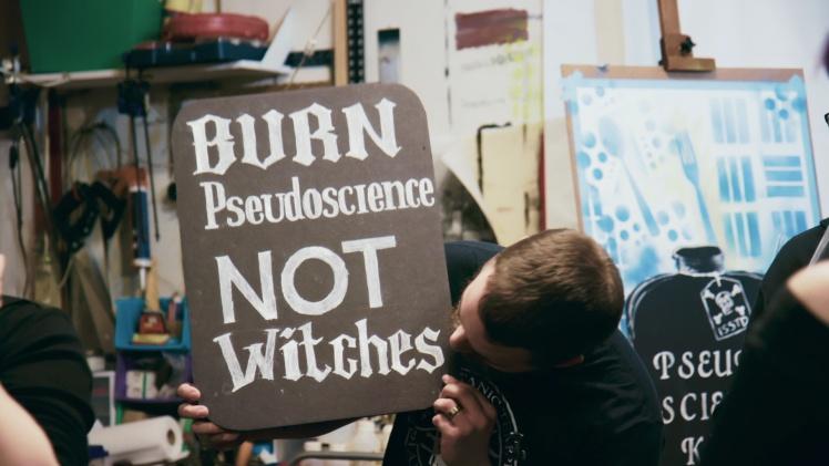 Подготовка к одной из акций протеста против псевдонауки.
