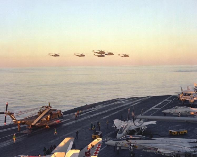 Группа вертолетов ВМС США над авианосцем USS Nimitz в Аравийском море готовится к операции «Орлиный коготь», апрель 1980 года.
