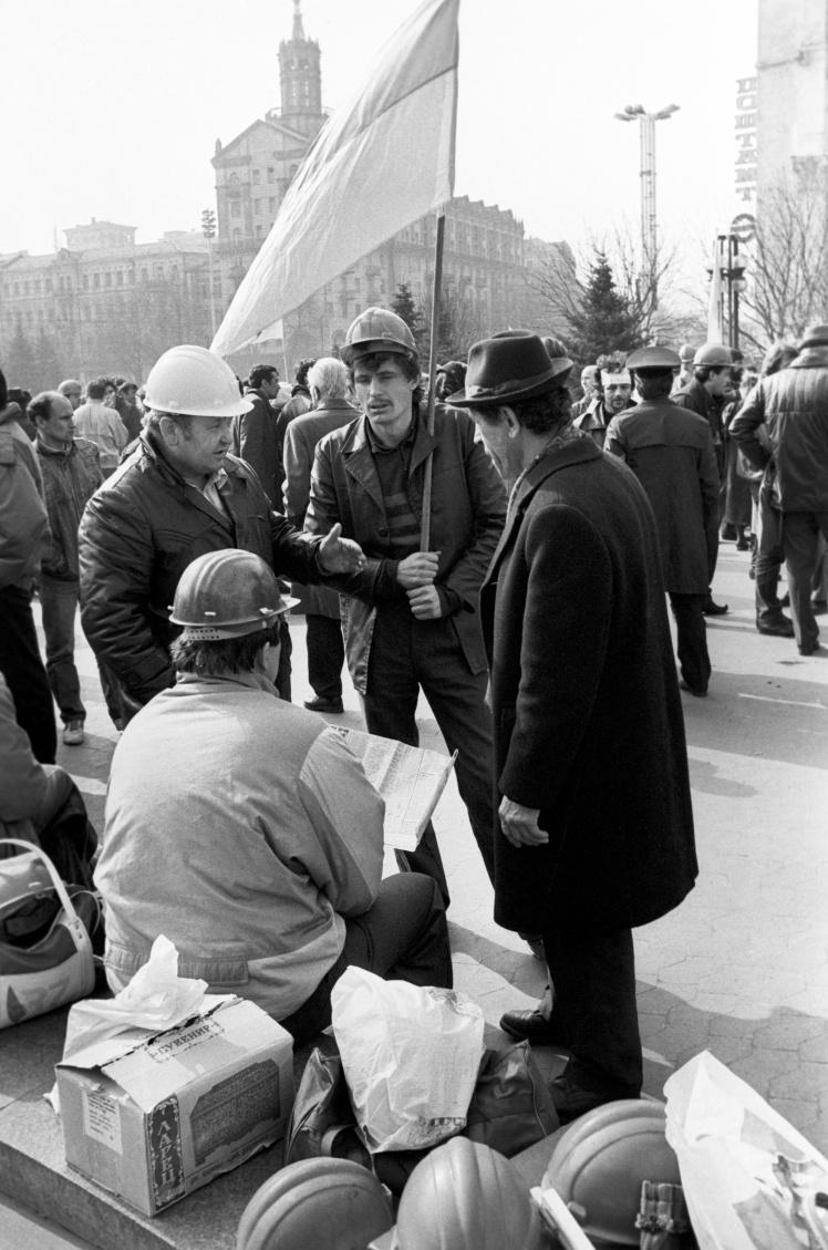 Шахтарі Донецького і Львівсько-Волинського вугільних басейнів страйкують у Києві. 4 квітня 1991 року.