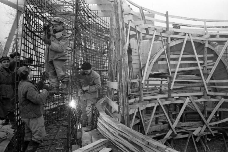Спорудження підземного проміжного вестибюля станції «Арсенальна» Київського метрополітену, 28 березня 1958 року.