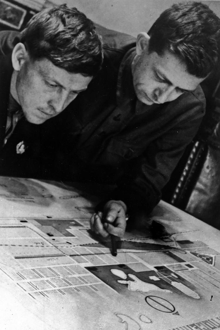Забойщик шахты «Центральная-Ирмино» Алексей Стаханов (слева) и парторг шахты Константин Петров (справа), 1936 год