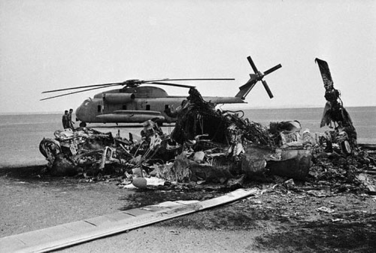 Вертолет, потерпевший крушение во время операции «Орлиный коготь», апрель 1980 года.