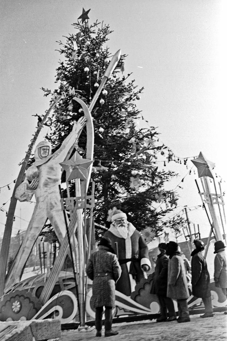 Новорічна ялинка на площі Калініна (нині майдан Незалежності) в Києві, січень 1963 року.