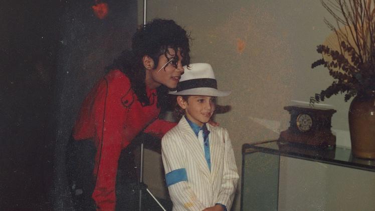 Майкл Джексон (слева) с юным Уэйдом Робсоном в начале 90-х. Фото используется в документальном фильме «Покидая Неверлэнд».