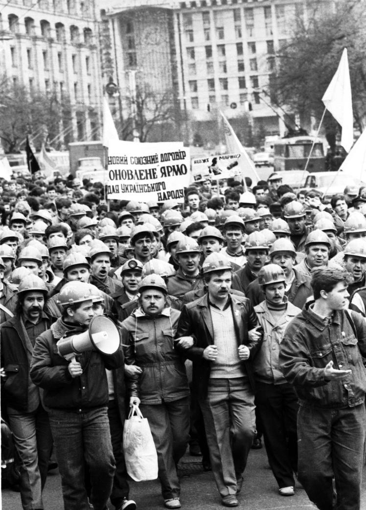 Демонстрація шахтарів-страйкувальників Донбасу в Києві на Хрещатику. 16 квітня 1991 року.