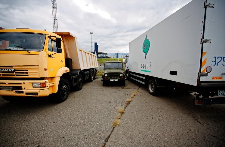 Серед арештованих авто є й вантажівки.