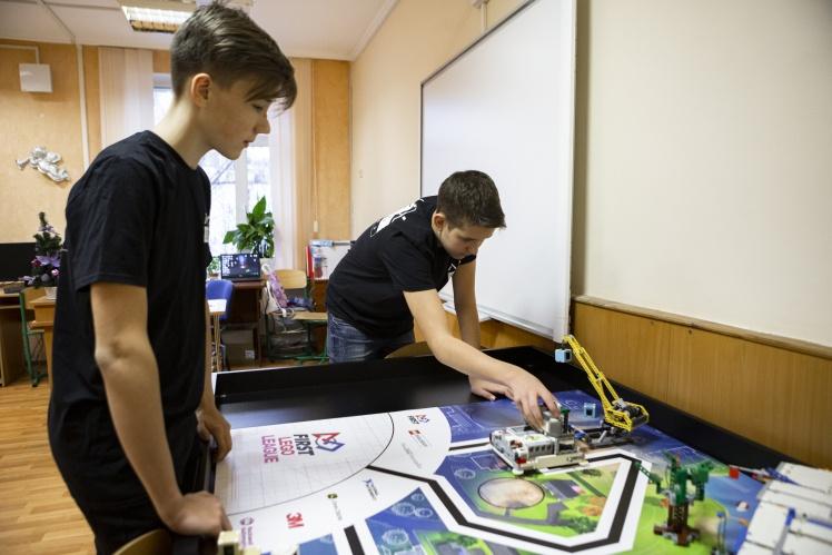 Українські підлітки привезли з Китаю призові нагороди з робототехніки. Як їм це вдалося?