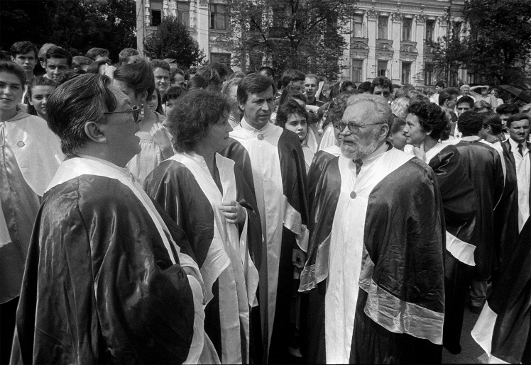 Перший проректор з науки Києво-Могилянської академії, академік, доктор філософських наук, професор Мирослав Попович (праворуч) серед викладачів і студентів, 24 серпня 1992 року.