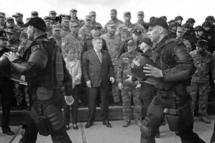 Арсен Аваков на тренировочной базе «Корда». Слева посол США Мари Йованович.