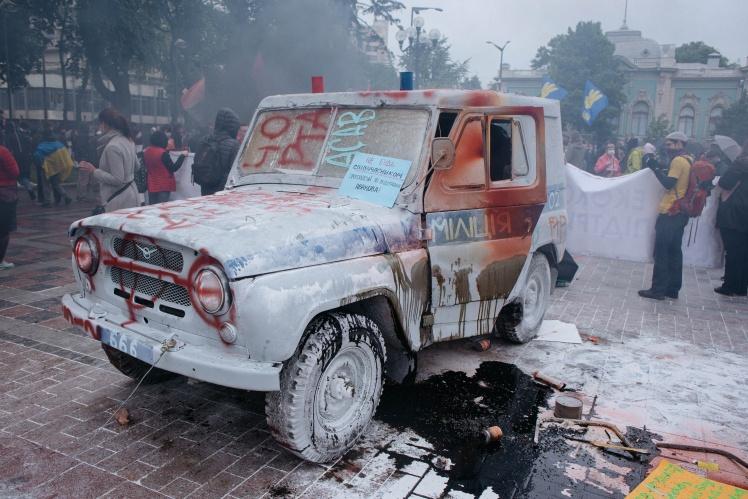 Автомобіль купили перед акцією за $500 наближені до партії «Голос» активісти, розмалювавши його під міліцейський «бобик»