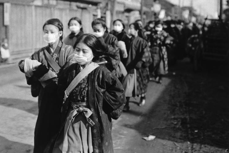 Японские школьницы в защитных масках, февраль 1920 года.