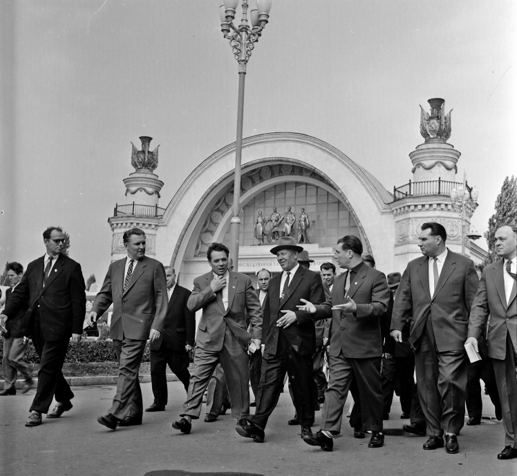 Микола Підгорний (у центрі) і Володимир Щербицький (другий ліворуч) під час відвідання павільйону Луганського раднаргоспу на ВДНГ у Києві, вересень 1961 року.