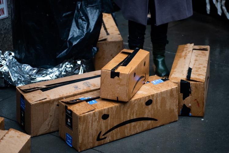 Працівники складів принесли символічні коробки під будинок Безоса у Нью-Йорку на знак протесту.