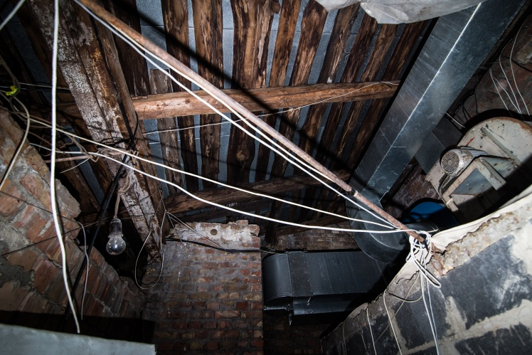 Кровля кинотеатра опирается на деревянные брусья, а те в свою очередь — на стальные опоры. Здесь же проложена проводка.