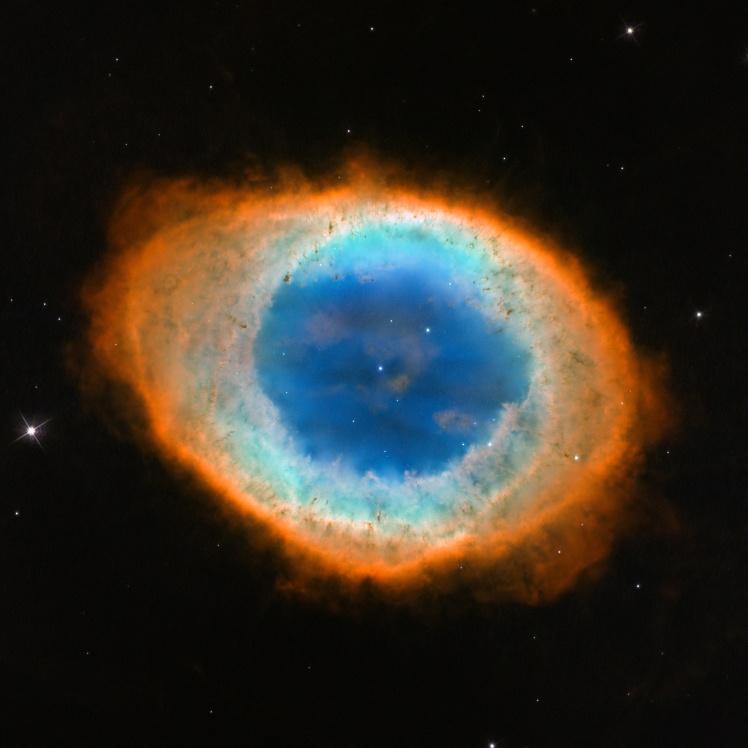 Туманность Кольцо в созвездии Лиры. Она состоит из газовых облаков, которые выбрасывают звезды перед концом своей жизни. Фото 2013 года.