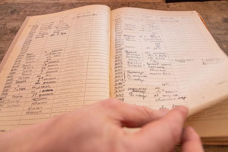 Усі експонати вручну записують до спеціальних книг.