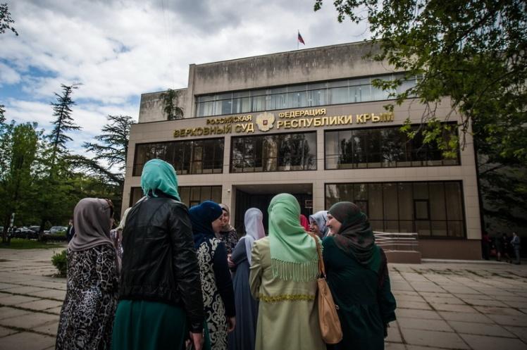 <p>Супруги арестованных крымских татар перед зданием Верховного суда. Симферополь. Октябрь 2017.</p>