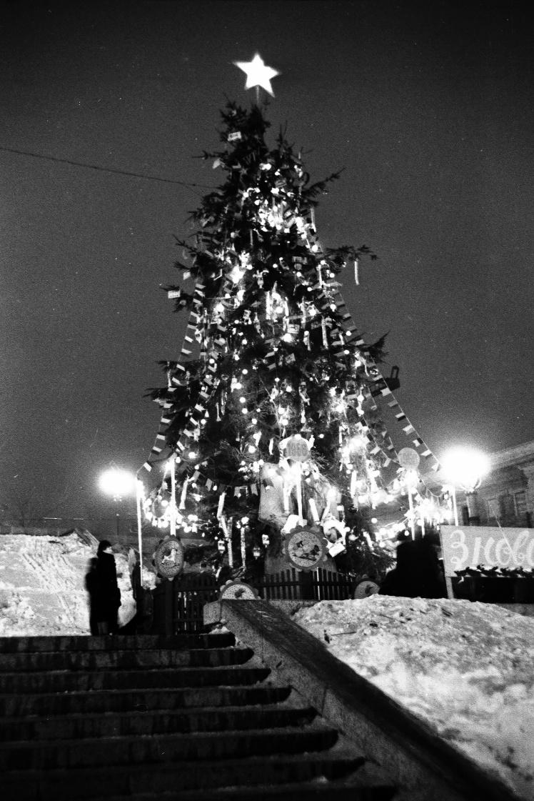 Новорічна ялинка на площі Калініна (нині майдан Незалежності) в Києві, 31 грудня 1955 року.