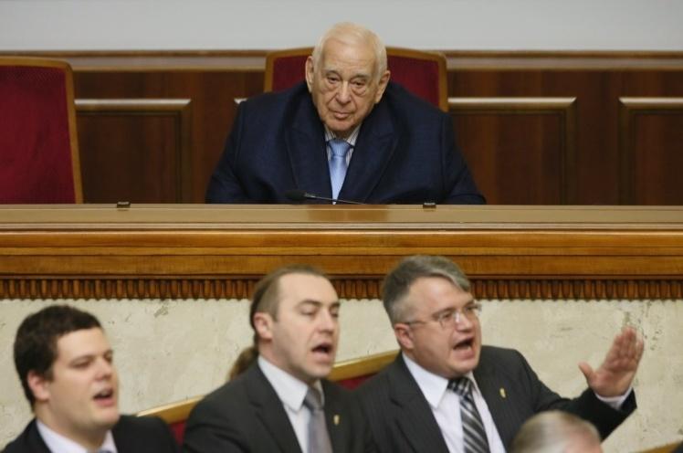 Юхим Звягільський (на задньому плані) — єдиний депутат, який був у всіх восьми скликаннях Верховної Ради. Чотири рази висувався від «Партії регіонів», на сьогодні — член фракції «Опозиційного блоку».