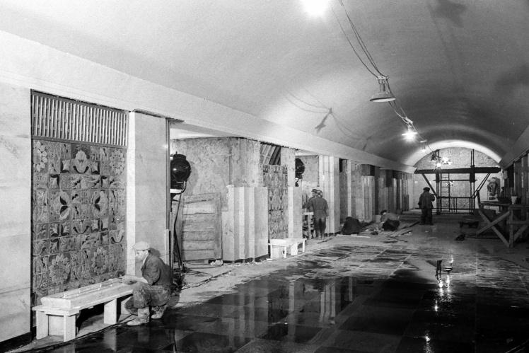 Оздоблювальні роботи на станції «Хрещатик» Київського метрополітену, 30 липня 1960 року.