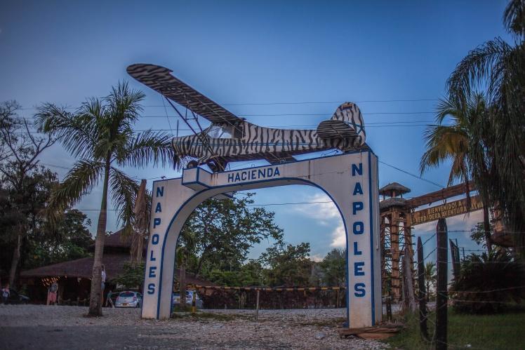 Арка на въезде в нынешний национальный парк Hacienda Napoles сохранилась со времен Эскобара, 24 сентября 2018 года.