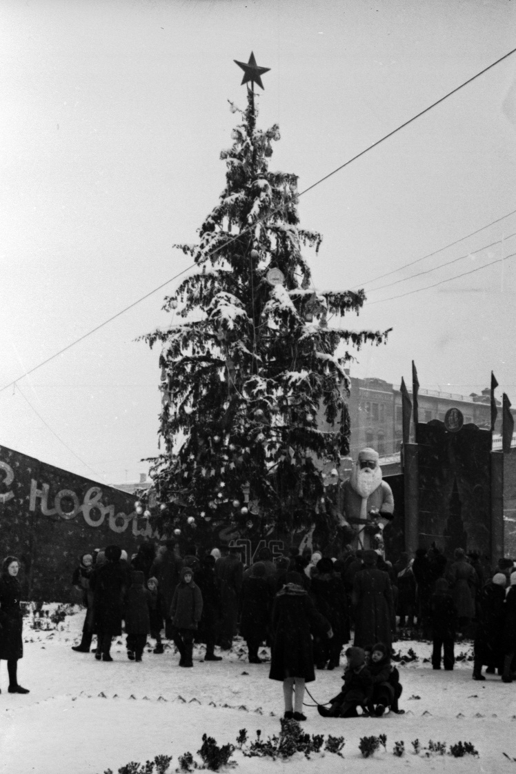 Новорічна ялинка на площі Калініна (нині майдан Незалежності) в Києві, 1946 рік.