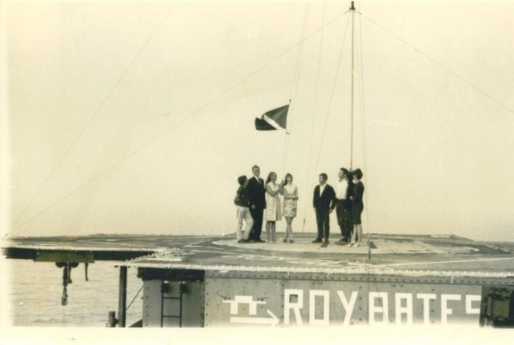 Мешканці Сіленду піднімають свій національний прапор.