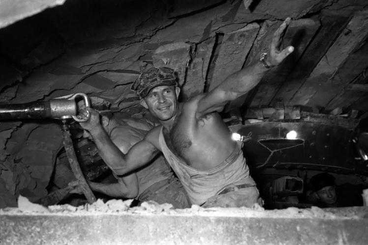 Прохідник за роботою в тунелі Київського метрополітену, вересень 1959 року.