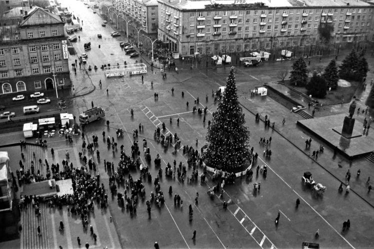 Новорічна ялинка на Театральній площі в Луганську, грудень 1995 року.