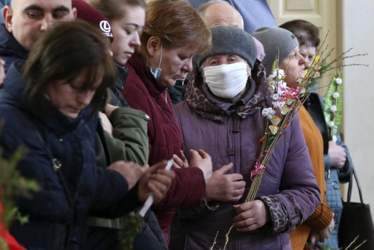 Власти Беларуси не запрещают людям ходить в церковь, но глава местной православной церкви призывал прихожан остаться на Пасху дома.