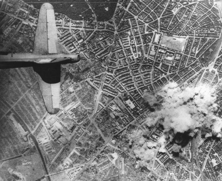 Авиация союзников бомбит немецкий город Гамбург — крупный промышленный центр, порт и транспортный узел, где находились нефтеперерабатывающие предприятия, бункера подводных лодок, верфи, 2 августа 1943 года.