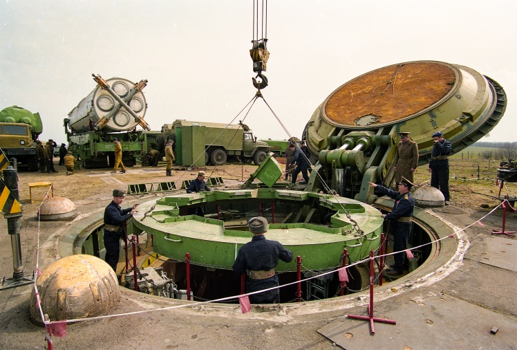 46-а ракетна дивізія 43-ї ракетної армії (Ракетні війська стратегічного призначення ЗС СРСР). Демонтаж ядерної ракети СС-19. Шахтна пускова установка з відкритим люком і ракетою, підготовленою до демонтажу. Первомайськ, Миколаївська область, березень 1994 року.