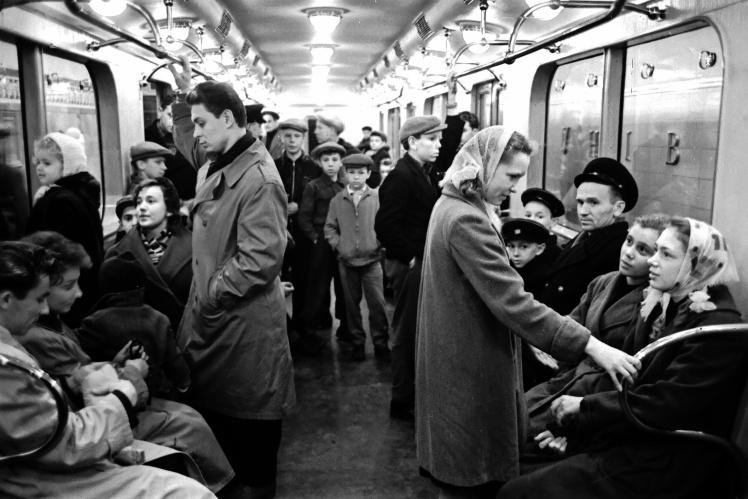 Пасажири першого поїзда у день відкриття Київського метрополітену 6 листопада 1960 року.