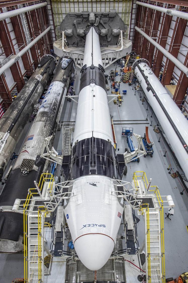 Космічний корабель Crew Dragon та ракета-носій  Falcon 9, яка виведе його на орбіту.
