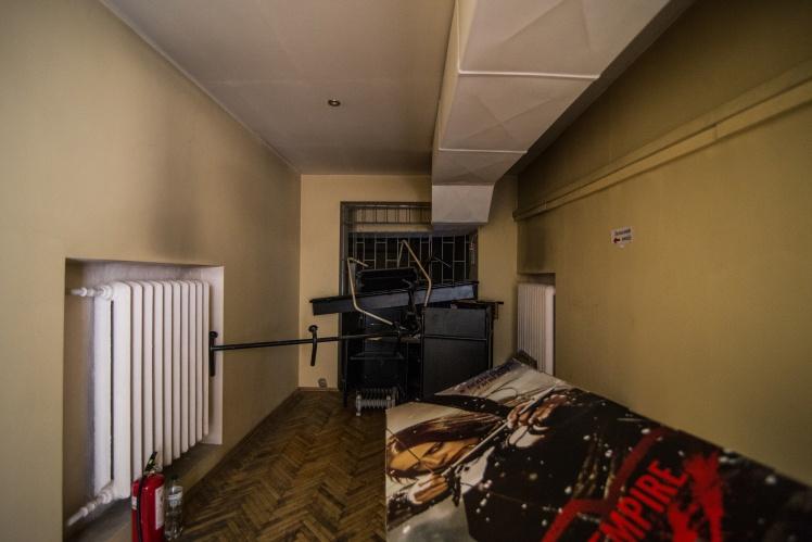 На втором этаже кинотеатра расположены «Синий» и «Красный» залы. Это пожарные выходы из залов.