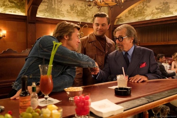Кадр з фільму «Одного разу в Голлівуді». За сюжетом, колишня зірка телешоу та його приятель-дублер намагаються пробитися в Голлівуд. У цей час (1969 рік) в Америці починаються вбивства секти Чарльза Менсона.