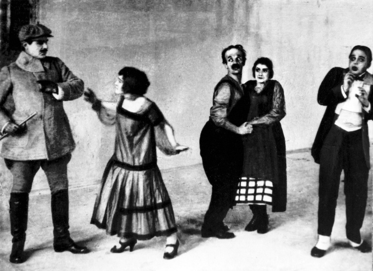 Сцена з вистави Ептона Сінклера «Джіммі Гіггінс» у постановці театру «Березіль». У ролі Джиммі — Амвросій Бучма (в центрі), Київ, 1923 рік.