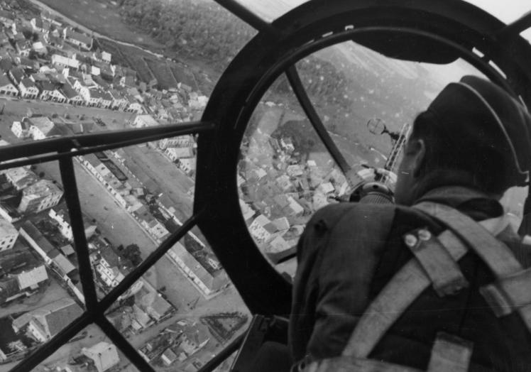 Немецкая авиация бомбит Польшу в первый день начала Второй мировой войны, 1 сентября 1939 года.