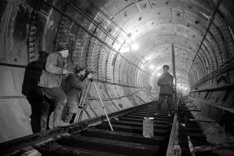 Будівельники Київського метрополітену вивіряють колії в тунелі між станціями «Університет» та «Хрещатик», 31 жовтня 1959 року.