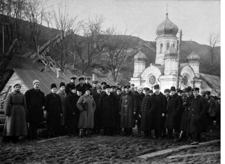 Євген Патон (четвертий праворуч у першому ряду) з групою будівельників на березі Дніпра, 1920 рік.