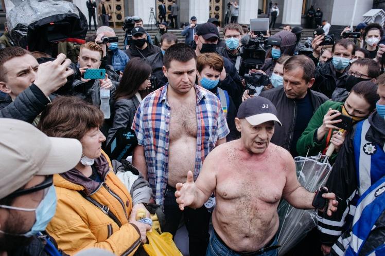 Один з учасників протесту підпалив себе, проте вогонь на ньому дуже швидко загасили, після чого йому надали допомогу лікарі швидкої.