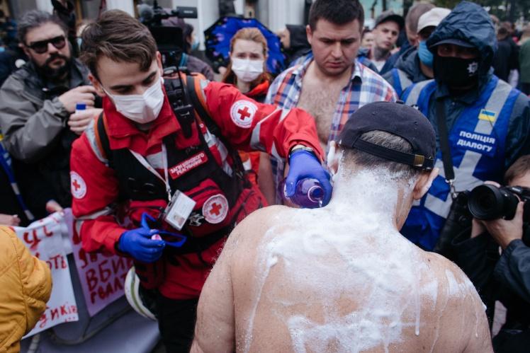 Це житель Нової Каховки Юрій Ляшенко. Його родина прийшла на мітинг проти Авакова через рейдерське захоплення. За його словами, рейдерів «кришує» поліція.