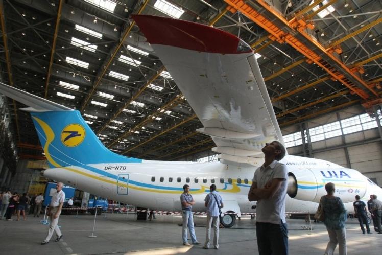 Ан-148 может перевозить до 83 пассажиров. Начал разрабатываться в начале 1990-х годов, за основу был взят транспортный самолет Ан-74ТК-300.