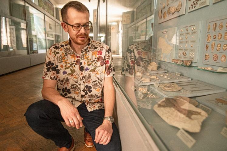 Леонід показує знахідку часів будівництва метро в Києві — скам'янілу рибу.