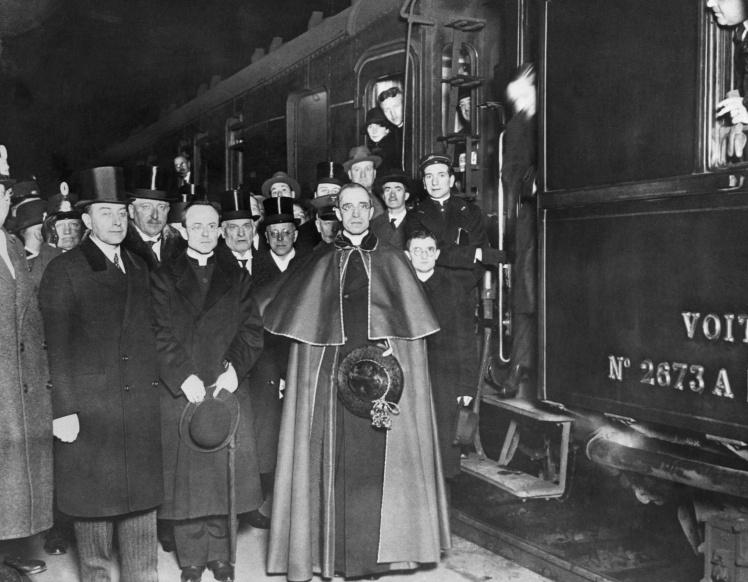 Эудженио Пачелли (в будущем Папа Пий XII) возвращается в Рим из Германии.