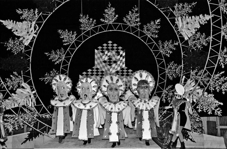 Герої дитячої новорічної вистави на сцені Міжнародного центру культури та мистецтв профспілок України в Києві, грудень 1996 року.