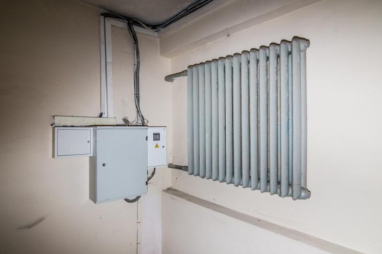 Распределительный щит в левом крыле здания установлен вплотную к батарее отопления — если батарею прорвет, то короткое замыкание обеспечено.