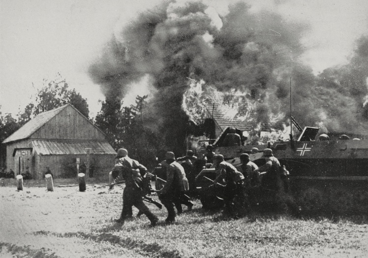 Немецкий штурмовой отряд готовится к подавлению снайперских точек в одном из укрепрайонов советских войск, 27 июля 1941 года.