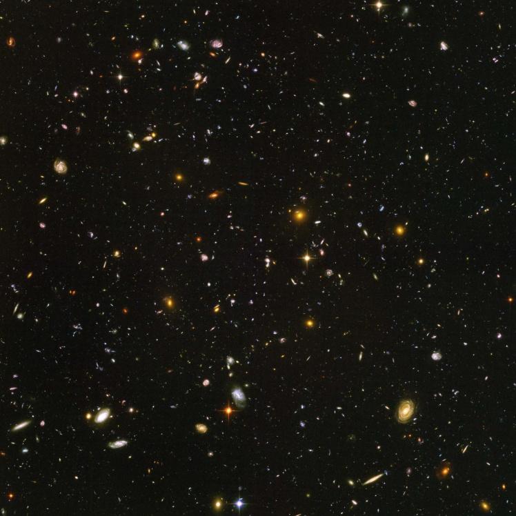 Снимок участка неба Hubble Deep Field 2004 года. На изображении свыше трех тысяч галактик.