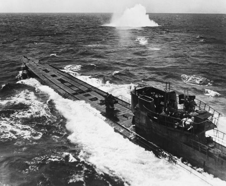 Американские бомбардировщики атакуют немецкую подводную лодку. Через несколько минут после того, как была сделана эта фотография, подлодку потопили, 17 августа 1944 года.